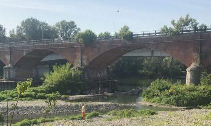 Lancia sassi dal ponte contro le auto e lo placcano i carabinieri
