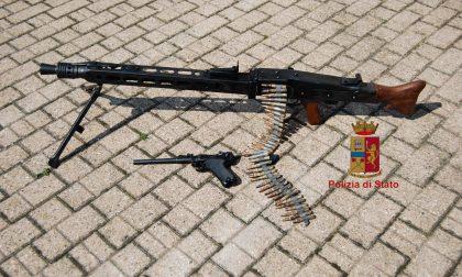Riproduzioni di armi da guerra in auto, denunciato