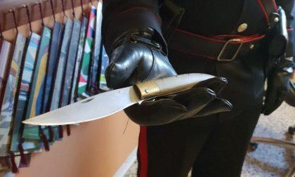 Lite al lavoro e spunta il coltello