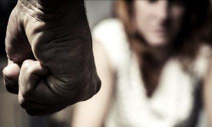 Percosse, offese e minacce alla compagna, denunciato