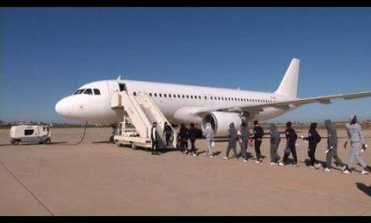 Nigeriano senza permesso di soggiorno si rifiuta di salire sull'aereo