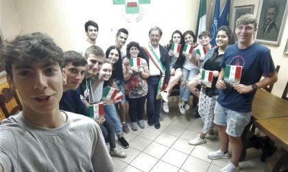 Sindaco dona Costituzione ai diciottenni di Pianengo