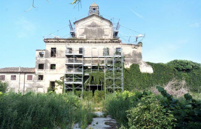 Villa Obizza sta crollando, ormai resta solo la demolizione