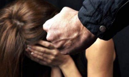 Picchia la moglie ubriaco, la figlia chiama la polizia