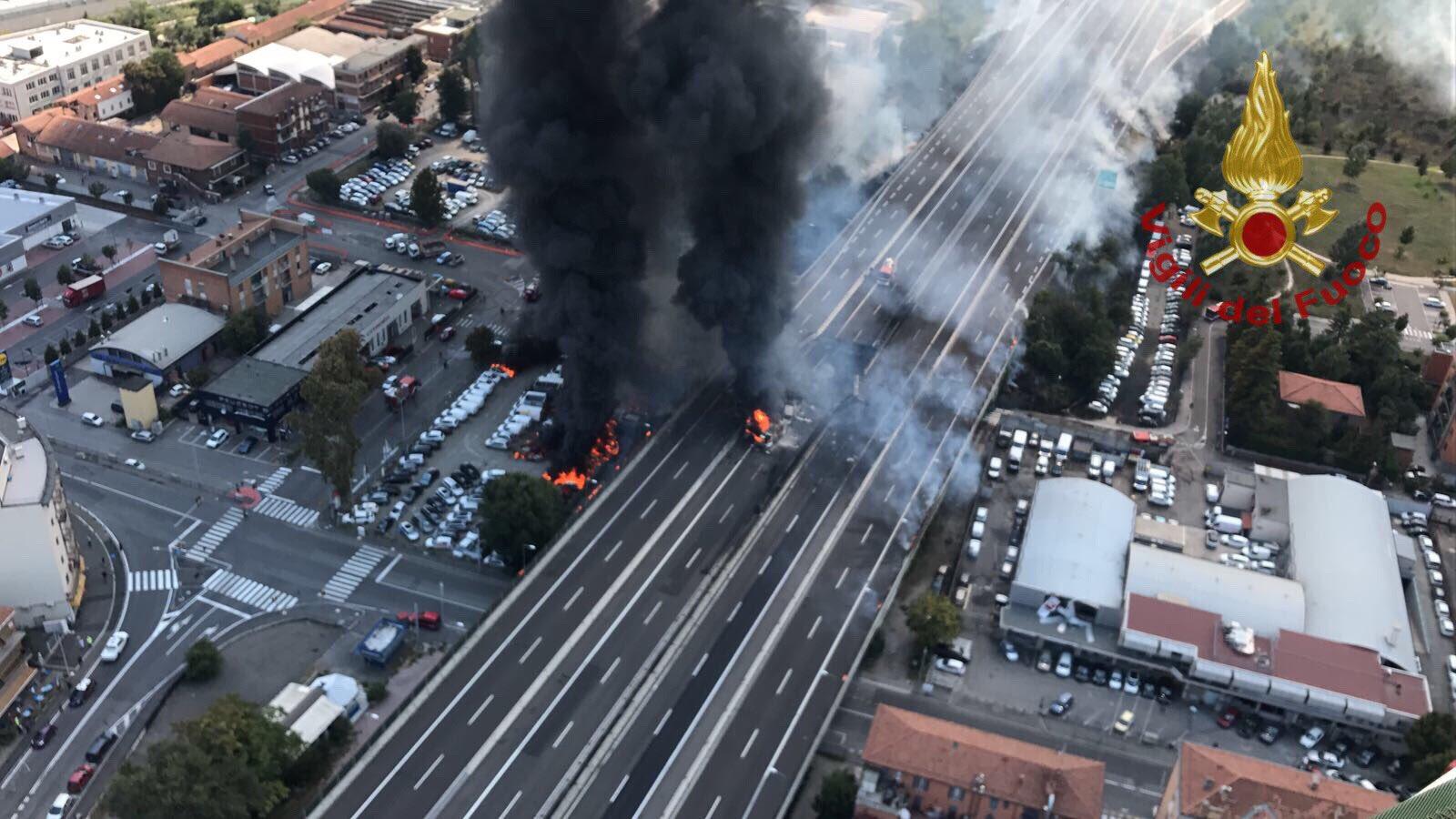 Esplode camion a Bologna, si apre voragine sulla A14