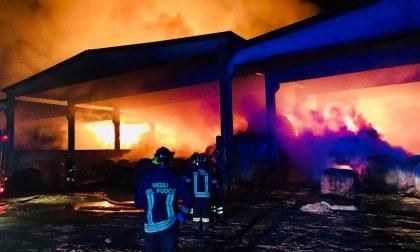 Incendio in cascina, distrutti 10mila quintali di fieno e paglia FOTO
