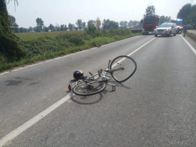 Ciclista travolto da una moto muore sul colpo FOTO