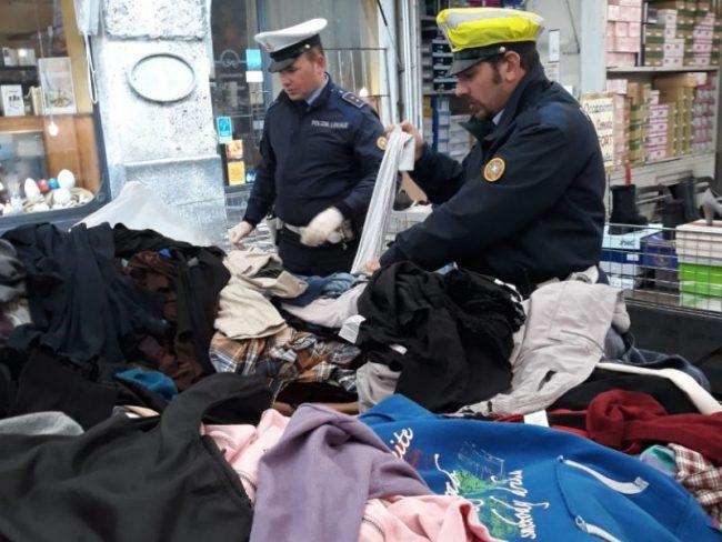 33cd5cd78ee4 Controlli al mercato  sequestrati 924 abiti usati - Giornale di Cremona
