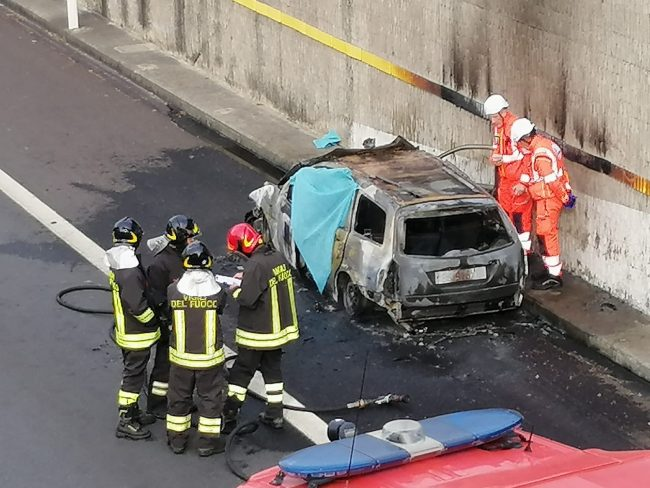 Auto prende fuoco in Tangenziale Est: un morto carbonizzato VIDEO