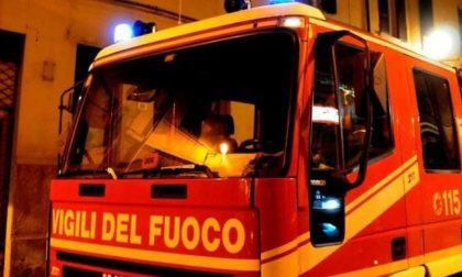Incendio in cantina, evacuato palazzo: due donne intossicate SIRENE DI NOTTE