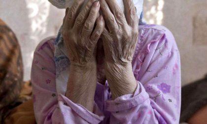 Insulta, minaccia di morte e picchia l'anziana madre per comprarsi la droga