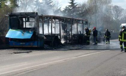 """Autobus incendiato, Fontana: """"I ragazzi stanno bene, ma il responsabile deve pagare"""""""