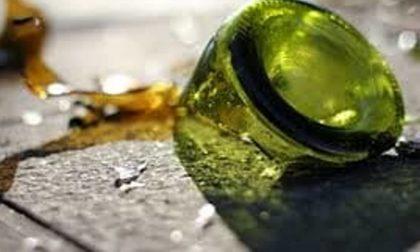 La lite tra giovanissimi finisce a colpi di bottigliate in testa, denunciato 18enne