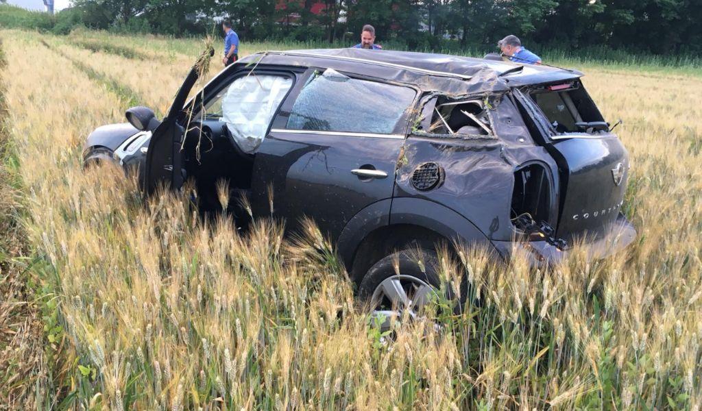 In fuga a folle velocità su auto rubata, si schianta in un campo FOTO