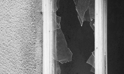 Dopo una lite tira un pugno a una porta a vetri e si ferisce: intervenuti i Carabinieri