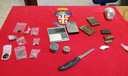 Gli chiedono i documenti, gli cade la droga di tasca: scoperto con 2.500 dosi