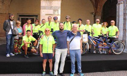 Tappa a Cremona per un gruppo di ipovedenti in tandem