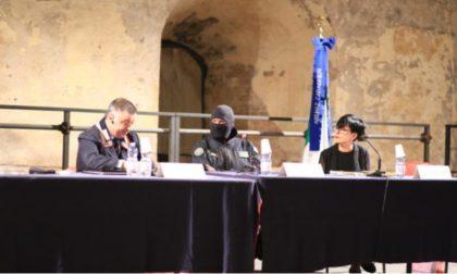 Bagno di folla per il Comandante Alfa, l'uomo dal volto coperto