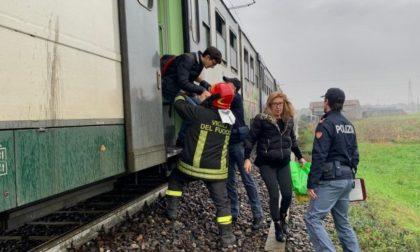 Paura su treno della Cremona-Treviglio: fumo nero dall'ultima carrozza