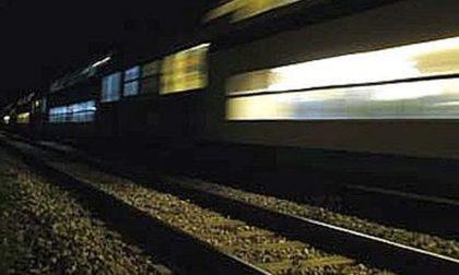 Auto incastrata sui binari e travolta da treno: conducente ubriaco e drogato