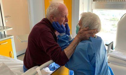 Ritrovarsi durante la degenza in ospedale: l'abbraccio di Giorgio e Rosa FOTO