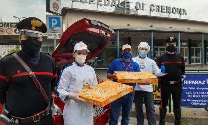 """Carabinieri consegnano pc agli studenti e """"scortano"""" pizze per medici e sanitari"""