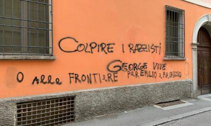 Raid vandalico alla sede della Lega di Cremona: finestre sfondate e scritte sui muri