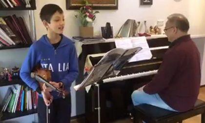 """Il pensiero in musica di Davide: 10 anni, un violino e l'omaggio alla Cremona """"ferita"""" VIDEO"""