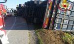 Camion pieno di detersivi si ribalta a bordo strada, paura per autista 33enne FOTO