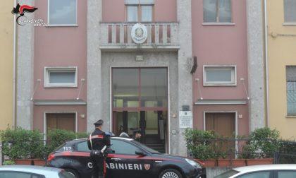 Aggredisce la moglie e la minaccia di morte con un coltello, poi si scaglia contro i Carabinieri