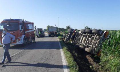 Camion cisterna si ribalta sulla provinciale, ferito un 53enne FOTO