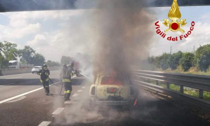Auto in fiamme in A1: la conducente (miracolata) lancia l'allarme FOTO