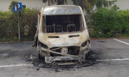 A fuoco un furgone e un'auto: l'ombra del piromane a Casaletto Vaprio FOTO