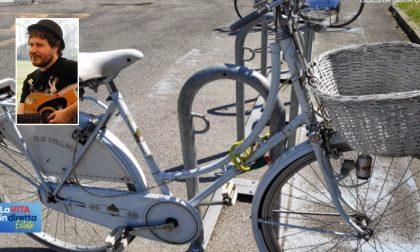 Morte Pamiro: il mistero della bici bianca al cimitero, nel cestino un sandalo di Mauro
