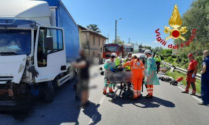 Scontro frontale tra un'auto e un camion: un morto e un ferito grave FOTO
