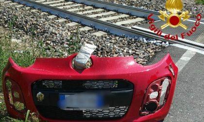Morta mentre attraversa i binari in auto, si poteva evitare? La Procura apre un'indagine