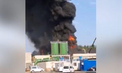 Incendio all'acciaieria Arvedi: colonne di fumo invadono la zona VIDEO