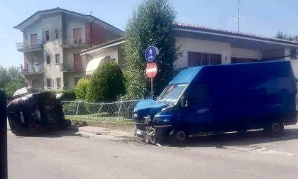Auto si ribalta dopo lo schianto col furgone: guidatrice 37enne in ospedale
