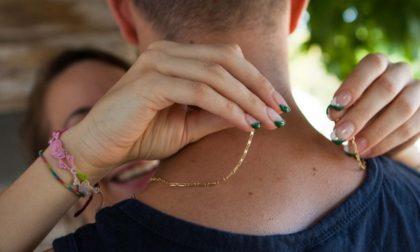 Si finge una sua conoscente, lo abbraccia… e la catenina d'oro sparisce