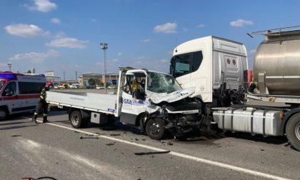 Tamponamento tra furgone e mezzo pesante sulla Paullese: un ferito grave FOTO