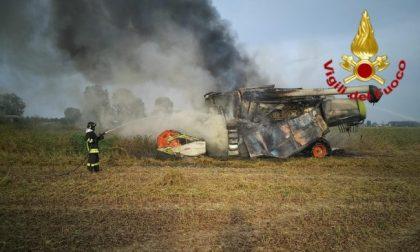 Ancora una mietitrebbia in fiamme nei campi agricoli FOTO