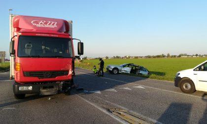 Scontro tra auto e camion ad Agnadello, 78enne incastrato tra le lamiere FOTO