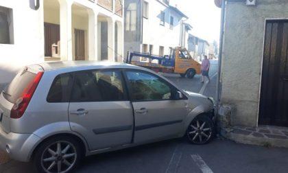 Accecato dal sole finisce con l'auto contro un muro: 43enne in ospedale