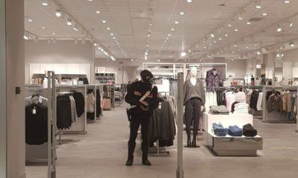 Ruba capi d'abbigliamento al Centro Commerciale e li nasconde in bagno: denunciata 23enne
