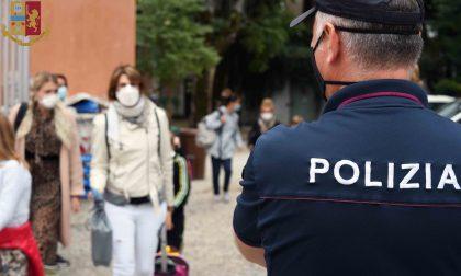 Carabinieri e Poliziotti fuori dalle scuole per garantire il rispetto delle norme anti Covid FOTO