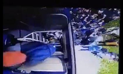 """""""A proposito di assembramenti, studenti salgono sull'autobus. Guardate qui…"""" VIDEO"""