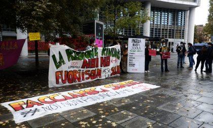 Studenti, genitori e docenti in protesta contro la didattica a distanza FOTO