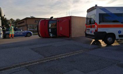 Schianto sulla nuova Paullese tra un'auto e un camion (che si ribalta) FOTO