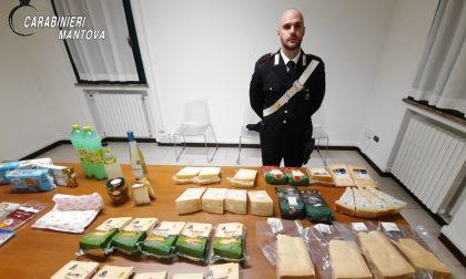 Nel bagagliaio trasportano diverse confezioni di formaggio, denunciati