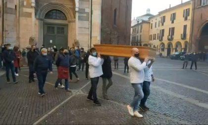 """A Cremona il """"funerale del commercio"""", la protesta pacifica degli esercenti"""
